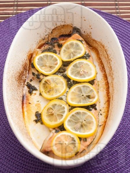 Печена сьомгова пъстърва с копър и босилек на фурна - снимка на рецептата